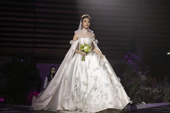 Cường Đô la bật khóc, Đàm Thu Trang diện váy cưới kín đáo, hạnh phúc khoá môi chú rể trong ngày trọng đại-2