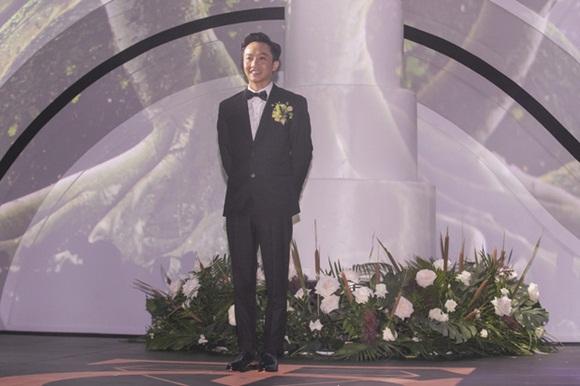 Cường Đô la bật khóc, Đàm Thu Trang diện váy cưới kín đáo, hạnh phúc khoá môi chú rể trong ngày trọng đại-3