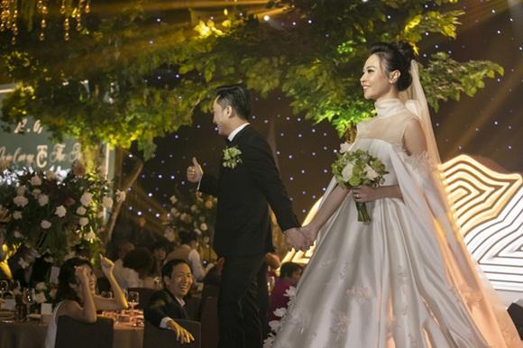 Cường Đô la bật khóc, Đàm Thu Trang diện váy cưới kín đáo, hạnh phúc khoá môi chú rể trong ngày trọng đại-4