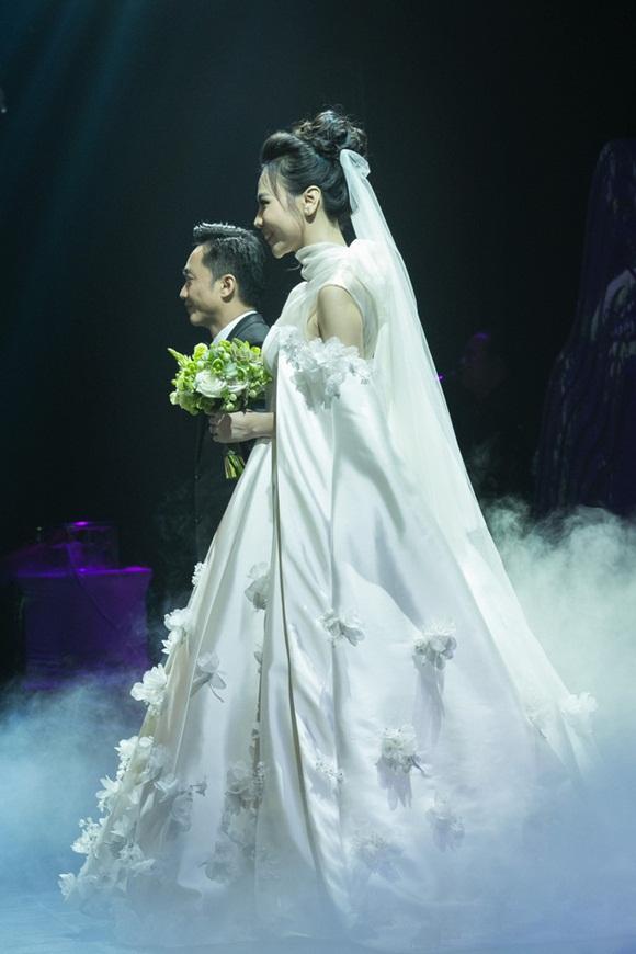 Cường Đô la bật khóc, Đàm Thu Trang diện váy cưới kín đáo, hạnh phúc khoá môi chú rể trong ngày trọng đại-5