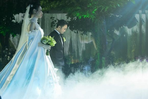 Cường Đô la bật khóc, Đàm Thu Trang diện váy cưới kín đáo, hạnh phúc khoá môi chú rể trong ngày trọng đại-6