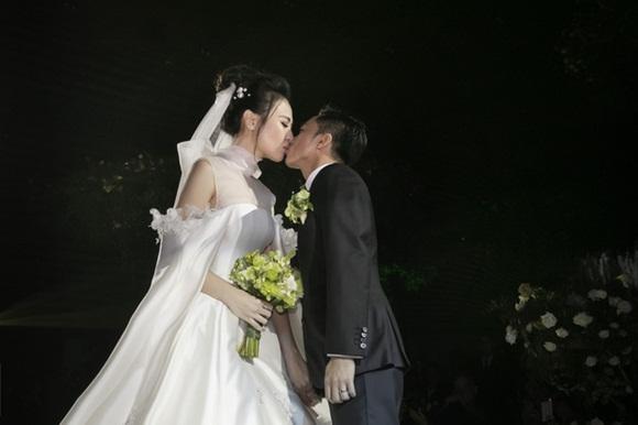Cường Đô la bật khóc, Đàm Thu Trang diện váy cưới kín đáo, hạnh phúc khoá môi chú rể trong ngày trọng đại-7
