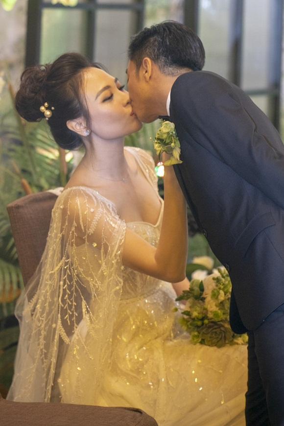 Cường Đô la bật khóc, Đàm Thu Trang diện váy cưới kín đáo, hạnh phúc khoá môi chú rể trong ngày trọng đại-9
