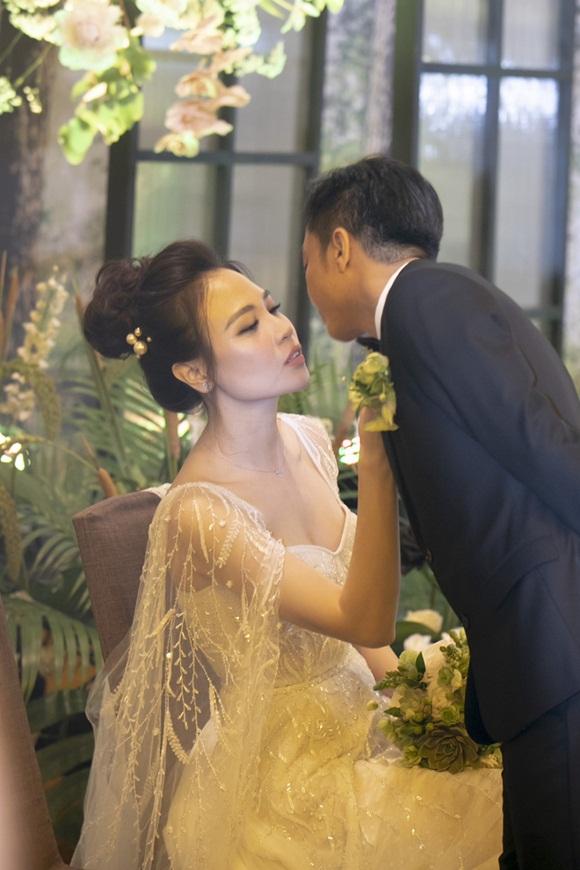 Cường Đô la bật khóc, Đàm Thu Trang diện váy cưới kín đáo, hạnh phúc khoá môi chú rể trong ngày trọng đại-10