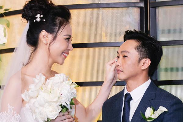 Cường Đô la bật khóc, Đàm Thu Trang diện váy cưới kín đáo, hạnh phúc khoá môi chú rể trong ngày trọng đại-8