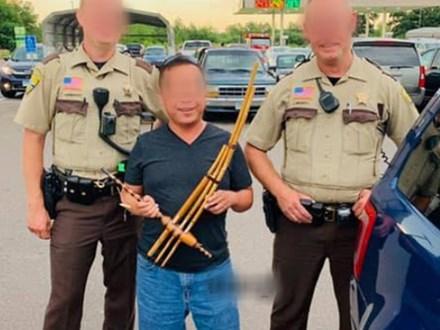 """Ông bố Việt sang Mỹ du lịch bất ngờ trở thành """"nhân vật nguy hiểm"""", cảnh sát ùa đến bao vây vì mang thứ đặc biệt của người H'Mông bị nhầm là súng cỡ đại"""