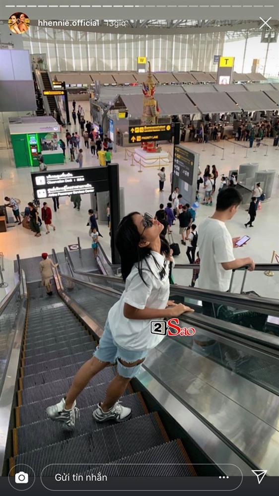 HHen Niê đi Sky Tour của Sơn Tùng M-TP với chiếc quần khoét quá nguy hiểm, suýt lộ vòng 3-4