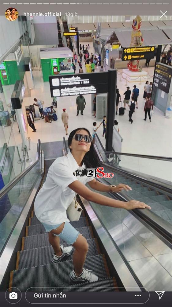 HHen Niê đi Sky Tour của Sơn Tùng M-TP với chiếc quần khoét quá nguy hiểm, suýt lộ vòng 3-5