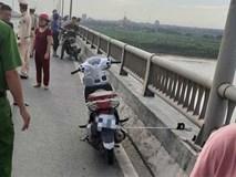 Cô gái để lại xe máy trên cầu rồi bất ngờ gieo mình xuống sông tự tử