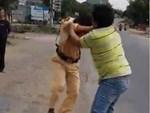 CLIP: Thanh niên thông chốt, CSGT nhào tới ôm lấy người, ngăn cản nhưng không thành-1