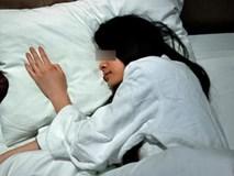 Tỉnh giấc trong khách sạn vì tưởng chồng sờ tay, người phụ nữ kinh ngạc với thứ bên cạnh