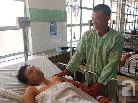 Cha mẹ bật khóc khi bác sĩ gạt mọi thủ tục để cứu con trai bị tràn máu màng phổi, hôn mê sâu nguy kịch