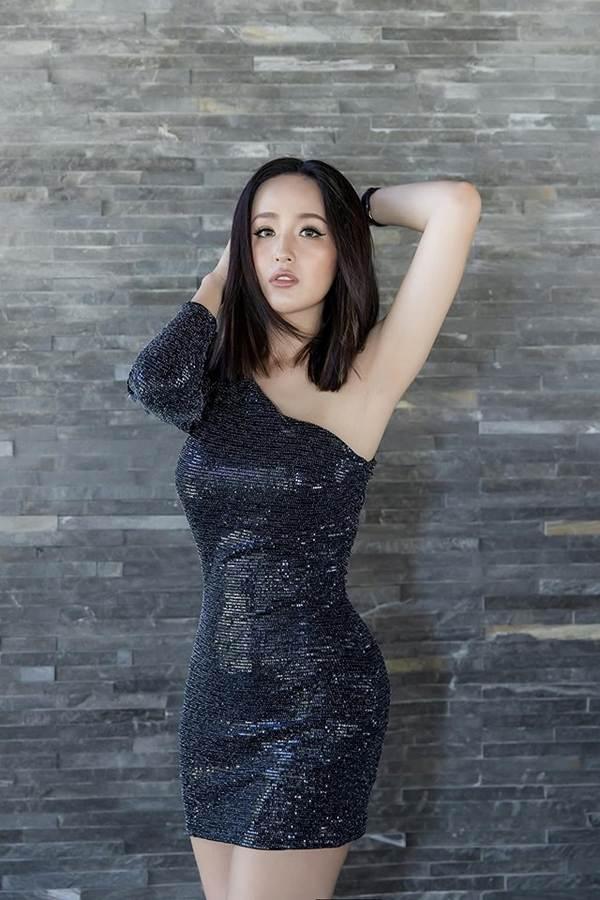 Mai Phương Thúy liên tục đốt mắt fans với loạt váy ngắn khoe đường cong-1