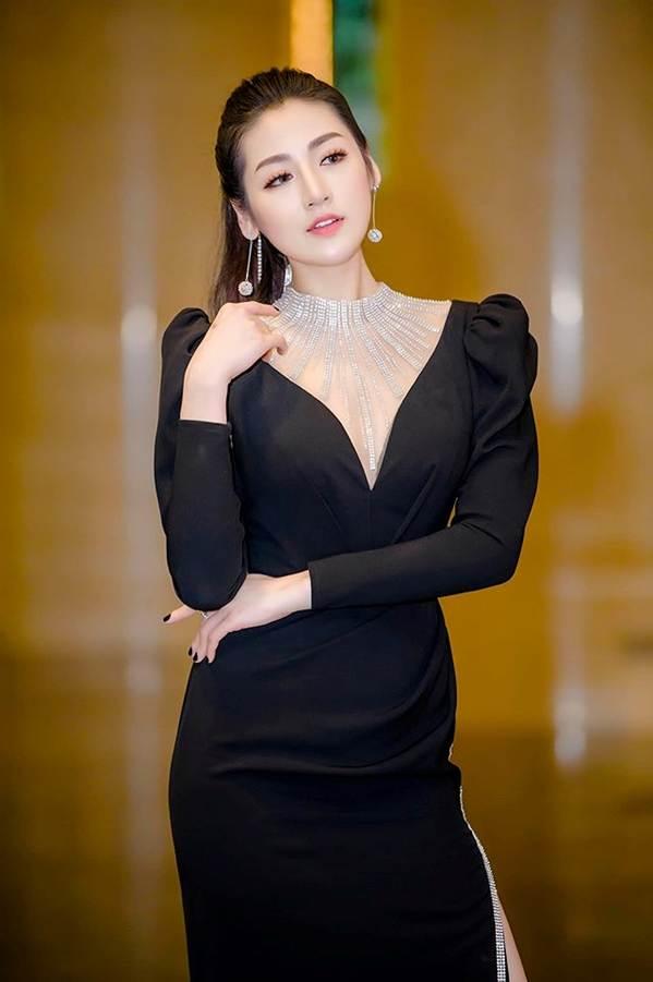 Mai Phương Thúy liên tục đốt mắt fans với loạt váy ngắn khoe đường cong-4