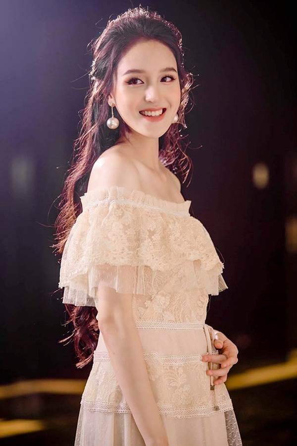Mai Phương Thúy liên tục đốt mắt fans với loạt váy ngắn khoe đường cong-6