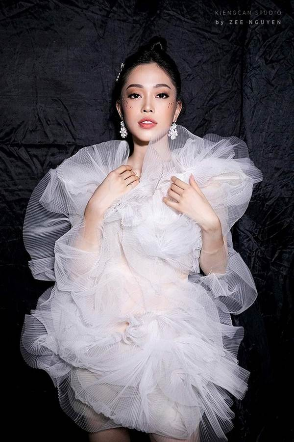 Mai Phương Thúy liên tục đốt mắt fans với loạt váy ngắn khoe đường cong-8