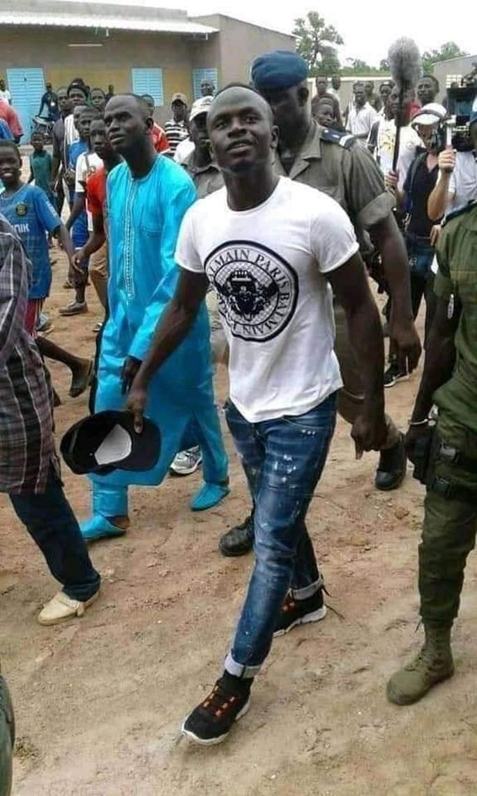 Sao Liverpool hủy kỳ nghỉ hè, xây trường học và bệnh viện ở Senegal-4