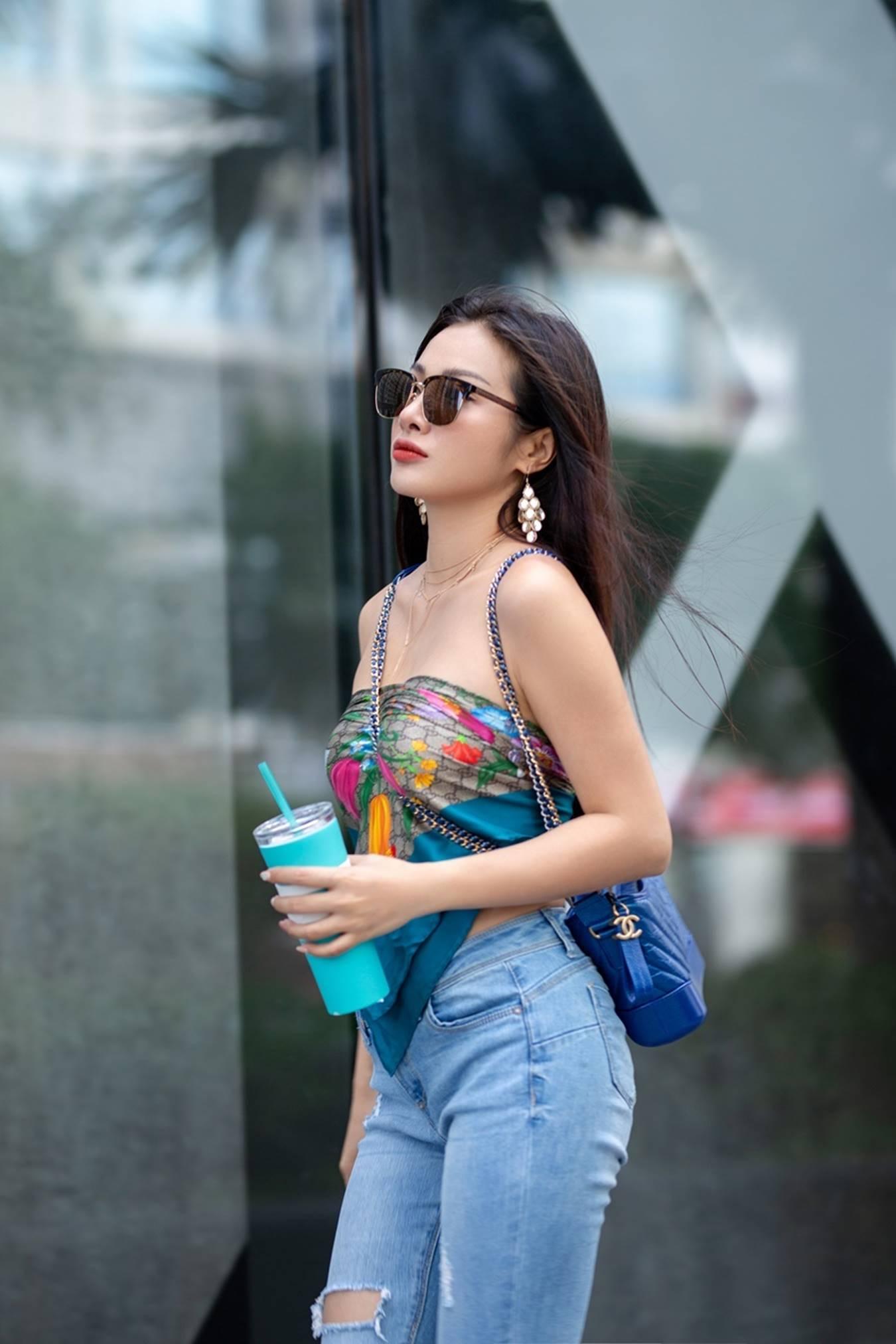 Yaya Trương Nhi dùng khăn thay áo, sexy dạo phố-3