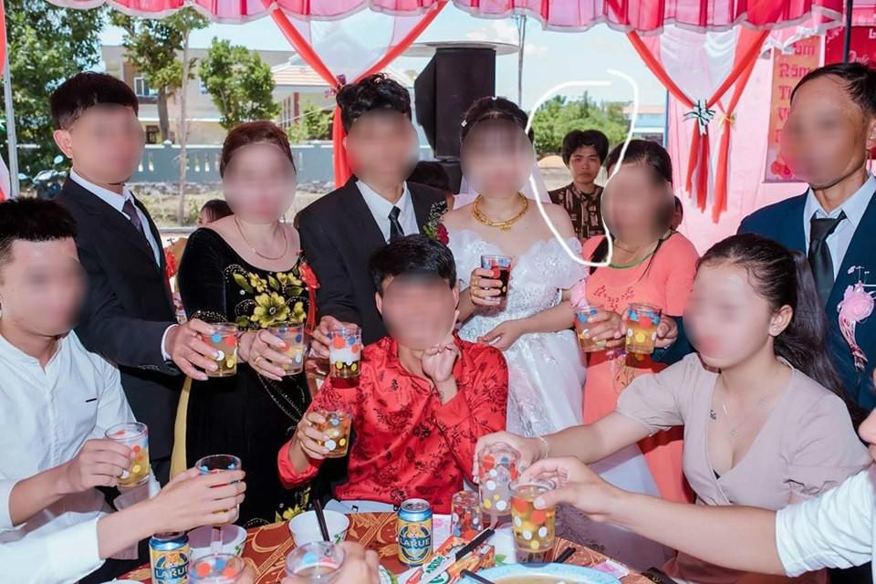 Dân mạng ám ảnh với thánh nữ chụp ké ở đám cưới: Thoắt ẩn thoắt hiện, luôn tìm cách ghé mặt vào mọi khung hình-1