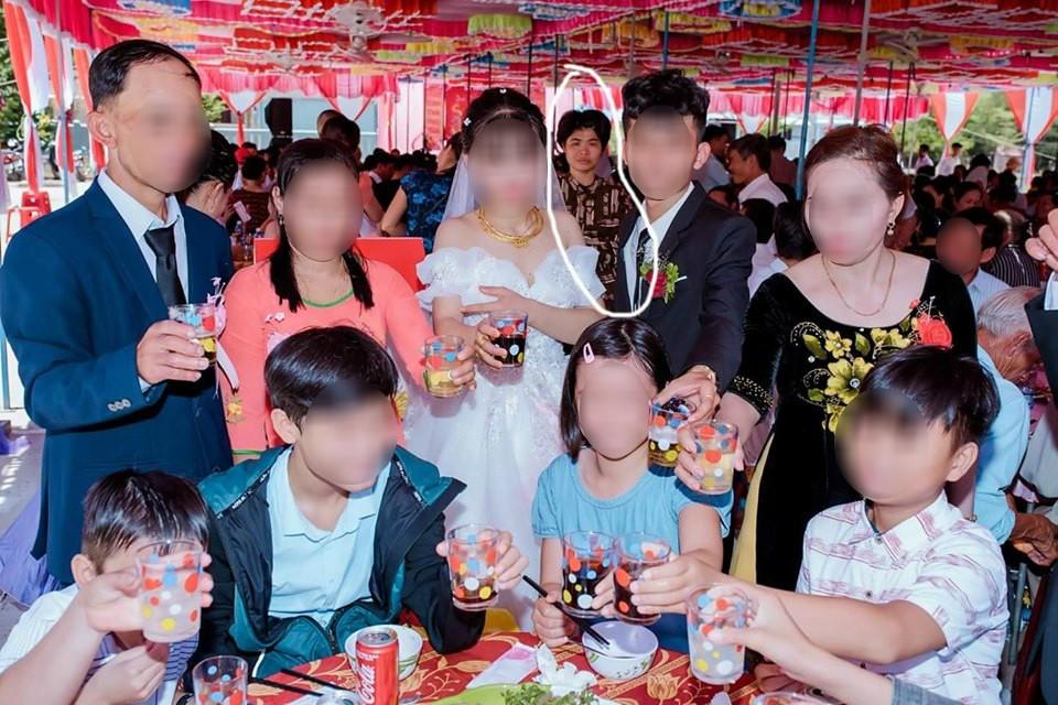 Dân mạng ám ảnh với thánh nữ chụp ké ở đám cưới: Thoắt ẩn thoắt hiện, luôn tìm cách ghé mặt vào mọi khung hình-3