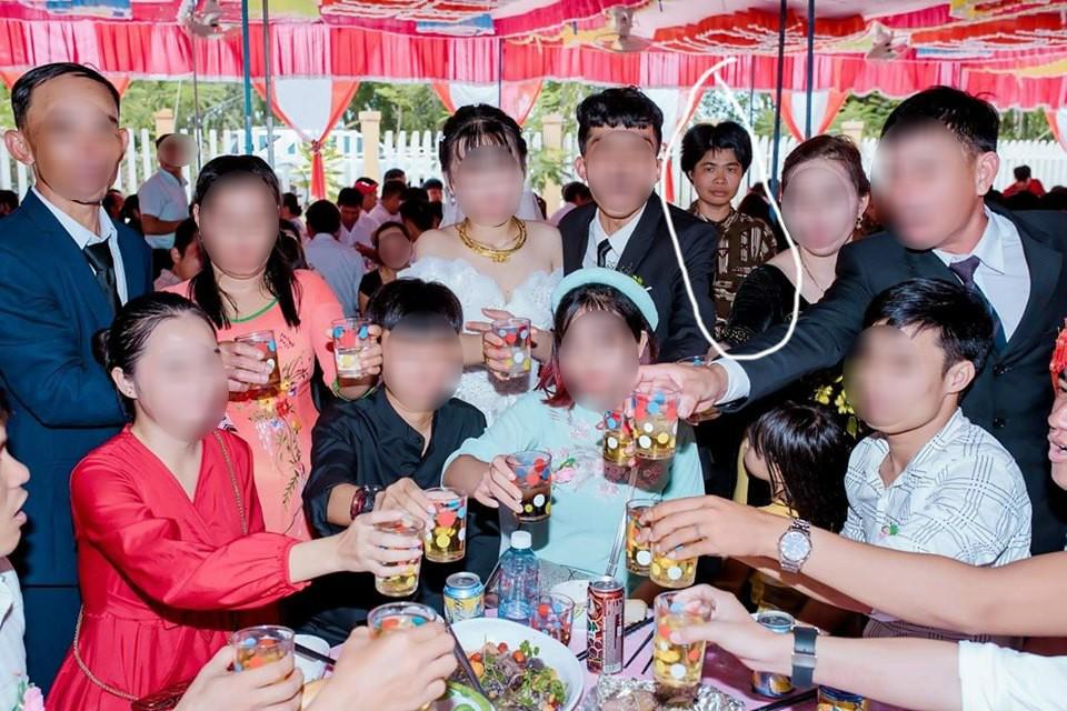 Dân mạng ám ảnh với thánh nữ chụp ké ở đám cưới: Thoắt ẩn thoắt hiện, luôn tìm cách ghé mặt vào mọi khung hình-11
