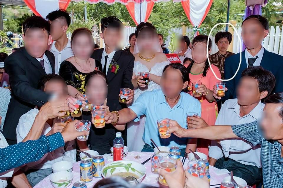 Dân mạng ám ảnh với thánh nữ chụp ké ở đám cưới: Thoắt ẩn thoắt hiện, luôn tìm cách ghé mặt vào mọi khung hình-4