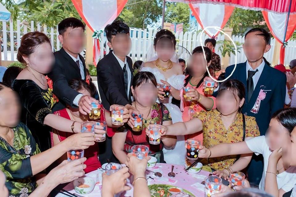Dân mạng ám ảnh với thánh nữ chụp ké ở đám cưới: Thoắt ẩn thoắt hiện, luôn tìm cách ghé mặt vào mọi khung hình-5