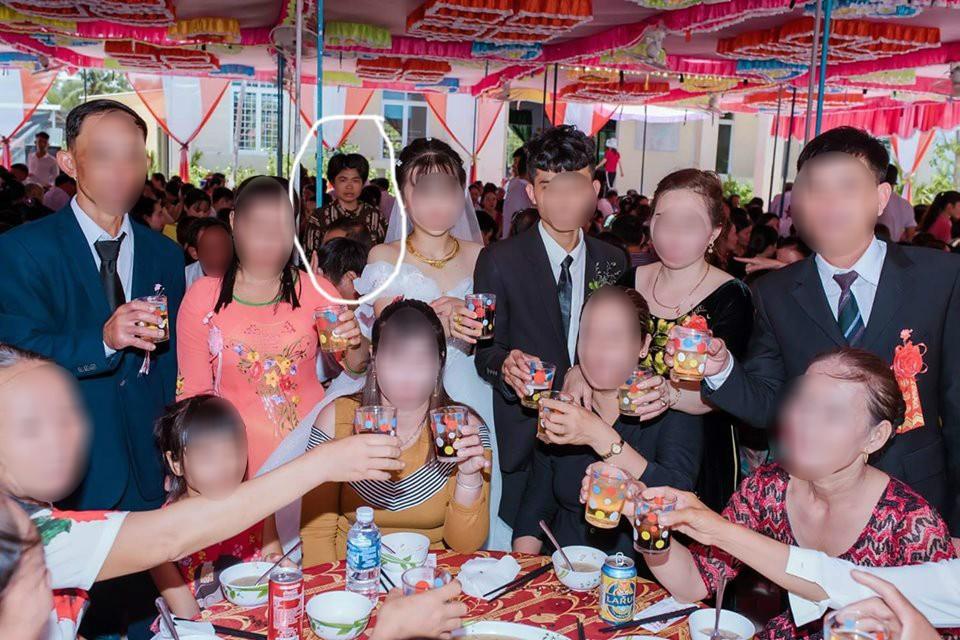 Dân mạng ám ảnh với thánh nữ chụp ké ở đám cưới: Thoắt ẩn thoắt hiện, luôn tìm cách ghé mặt vào mọi khung hình-8