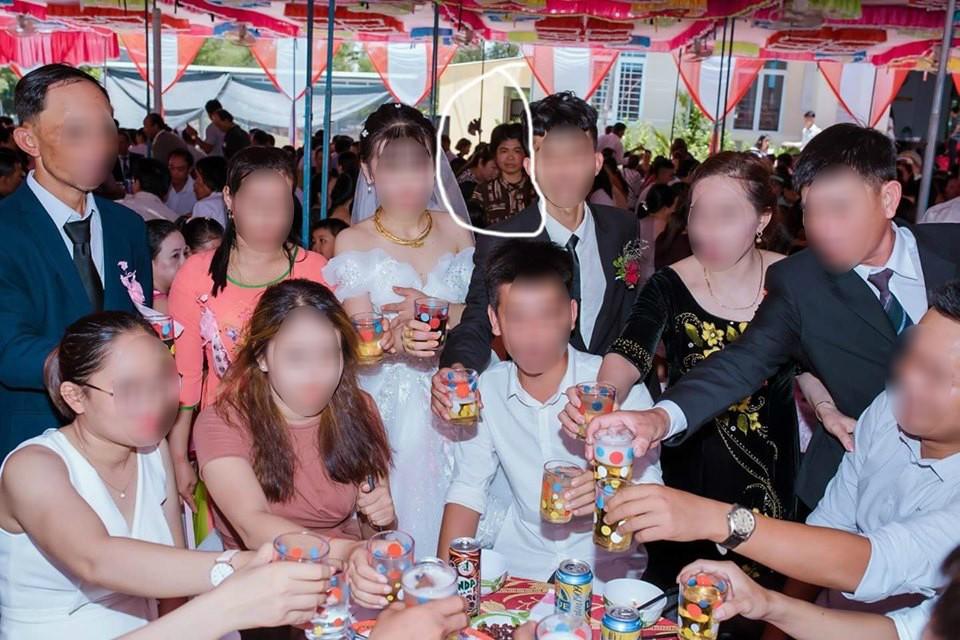 Dân mạng ám ảnh với thánh nữ chụp ké ở đám cưới: Thoắt ẩn thoắt hiện, luôn tìm cách ghé mặt vào mọi khung hình-9