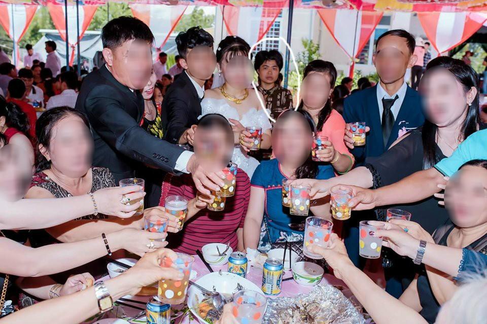 Dân mạng ám ảnh với thánh nữ chụp ké ở đám cưới: Thoắt ẩn thoắt hiện, luôn tìm cách ghé mặt vào mọi khung hình-12