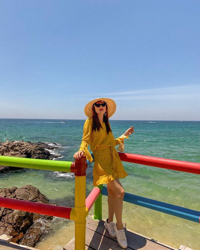 Ngắm sao lên đồ mùa du lịch, bạn sẽ nhận ra ngay gam màu vừa xinh lại vừa sang không thể thiếu trong vali hè này-2