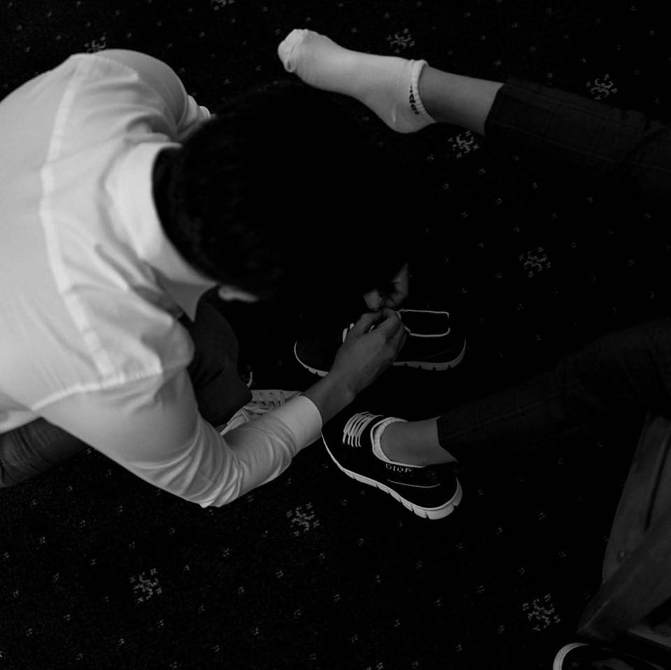 Loạt ảnh hậu trường đám cưới ghi lại khoảnh khắc đầm ấm của cha con Cường Đô La: Bố buộc dây giày cho con, con đĩnh đạc nhìn bố đi lấy vợ-4