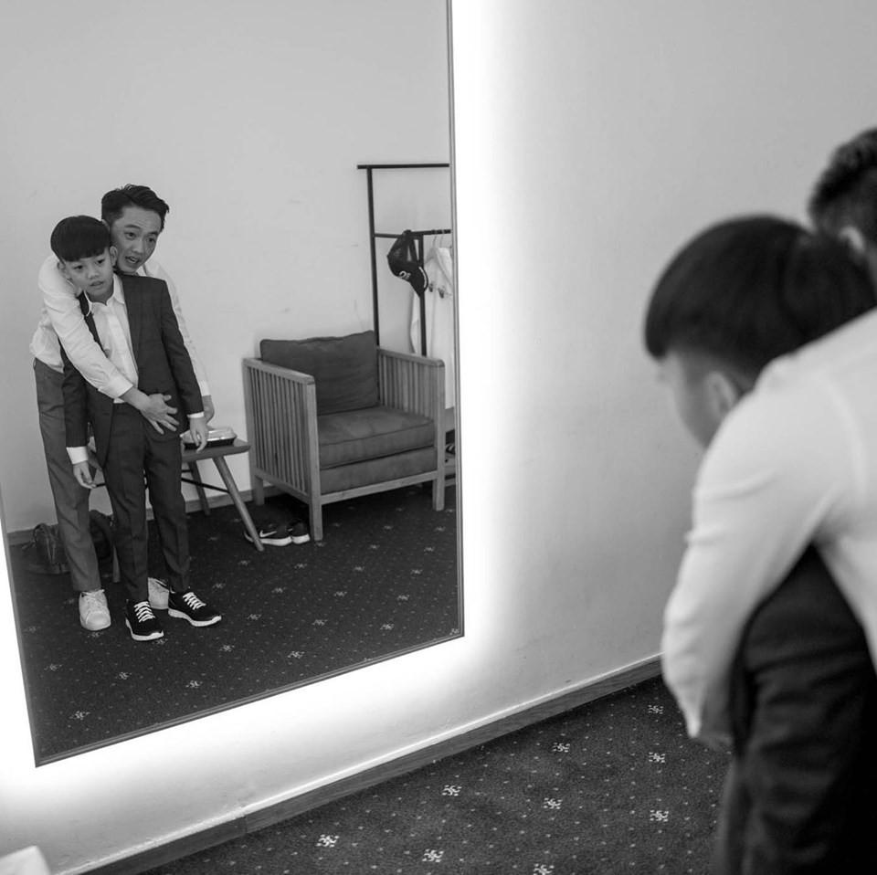 Loạt ảnh hậu trường đám cưới ghi lại khoảnh khắc đầm ấm của cha con Cường Đô La: Bố buộc dây giày cho con, con đĩnh đạc nhìn bố đi lấy vợ-2