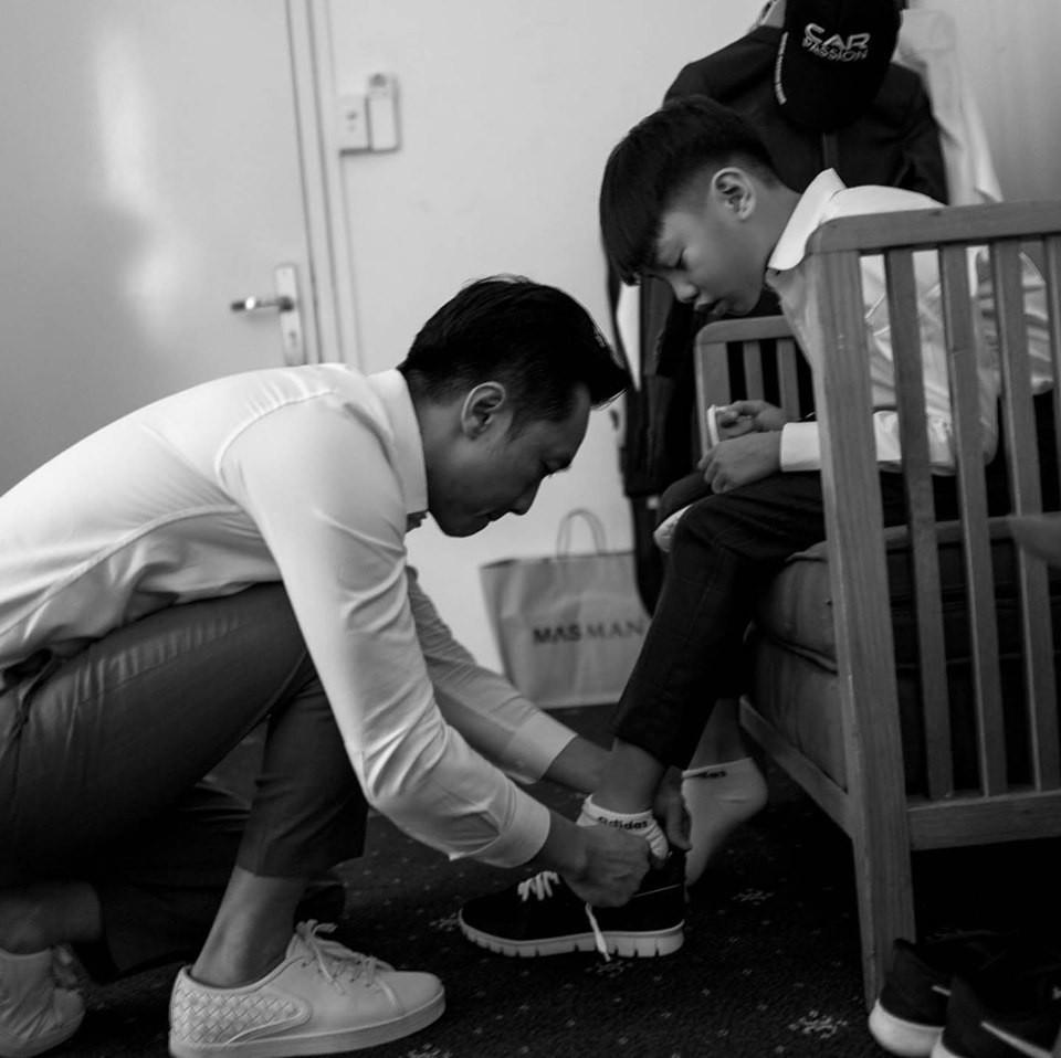 Loạt ảnh hậu trường đám cưới ghi lại khoảnh khắc đầm ấm của cha con Cường Đô La: Bố buộc dây giày cho con, con đĩnh đạc nhìn bố đi lấy vợ-3