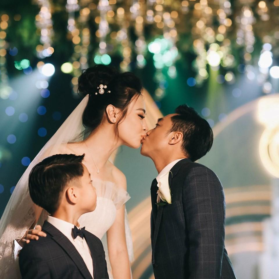 Loạt ảnh hậu trường đám cưới ghi lại khoảnh khắc đầm ấm của cha con Cường Đô La: Bố buộc dây giày cho con, con đĩnh đạc nhìn bố đi lấy vợ-5