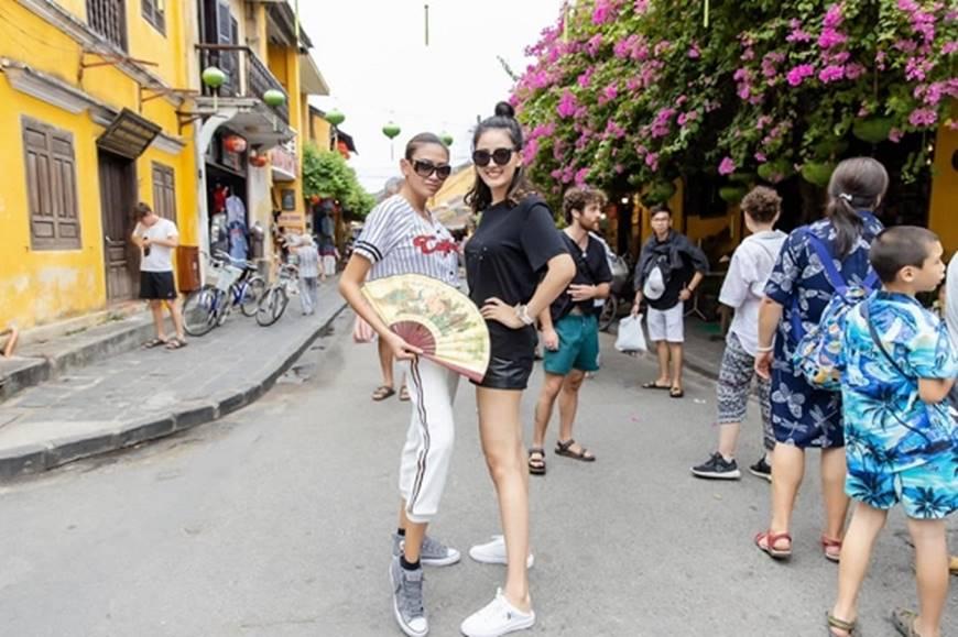 Loạt ảnh cực bá đạo của Hoa hậu Mai Phương Thúy và siêu mẫu Võ Hoàng Yến ở Hội An-1