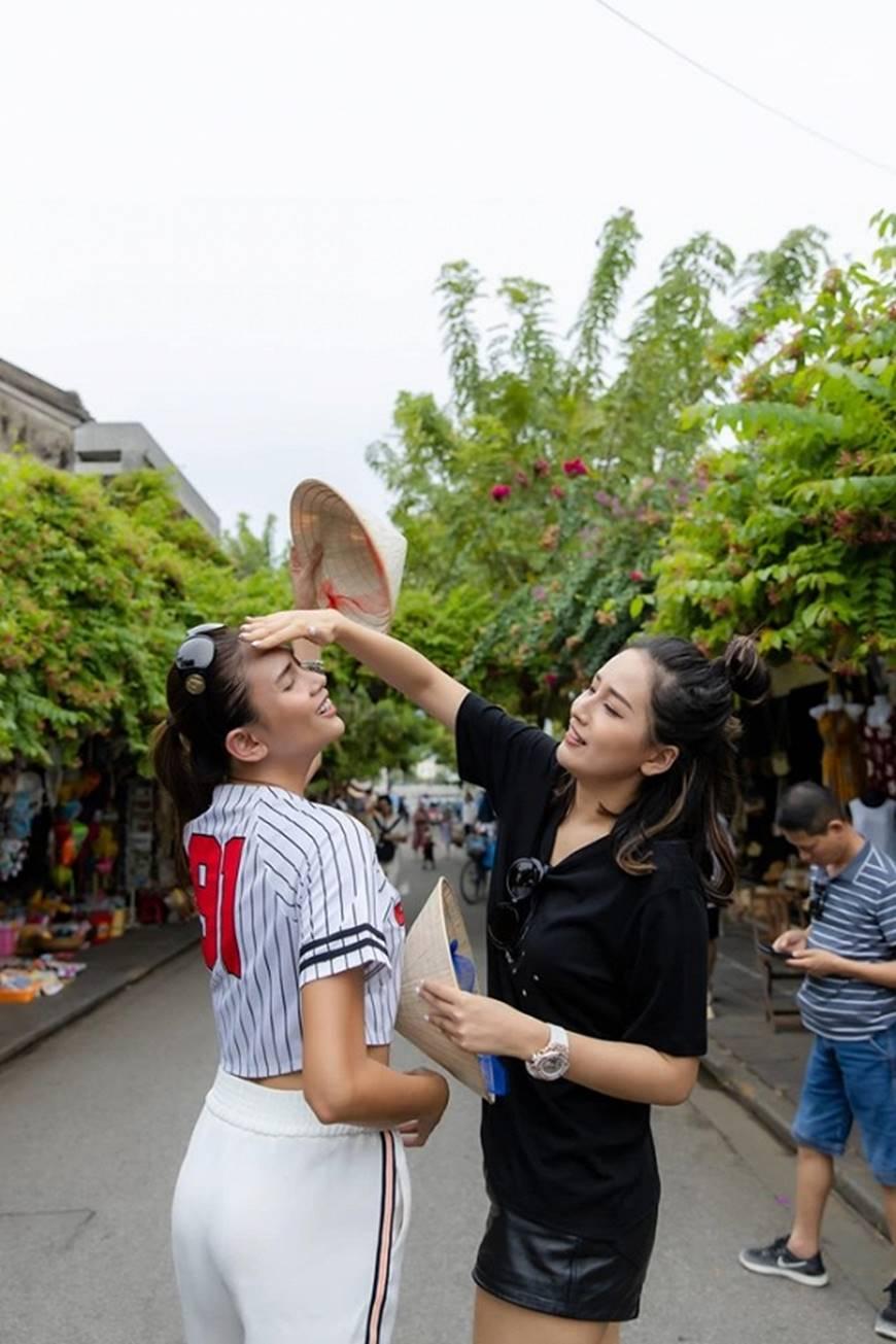 Loạt ảnh cực bá đạo của Hoa hậu Mai Phương Thúy và siêu mẫu Võ Hoàng Yến ở Hội An-2