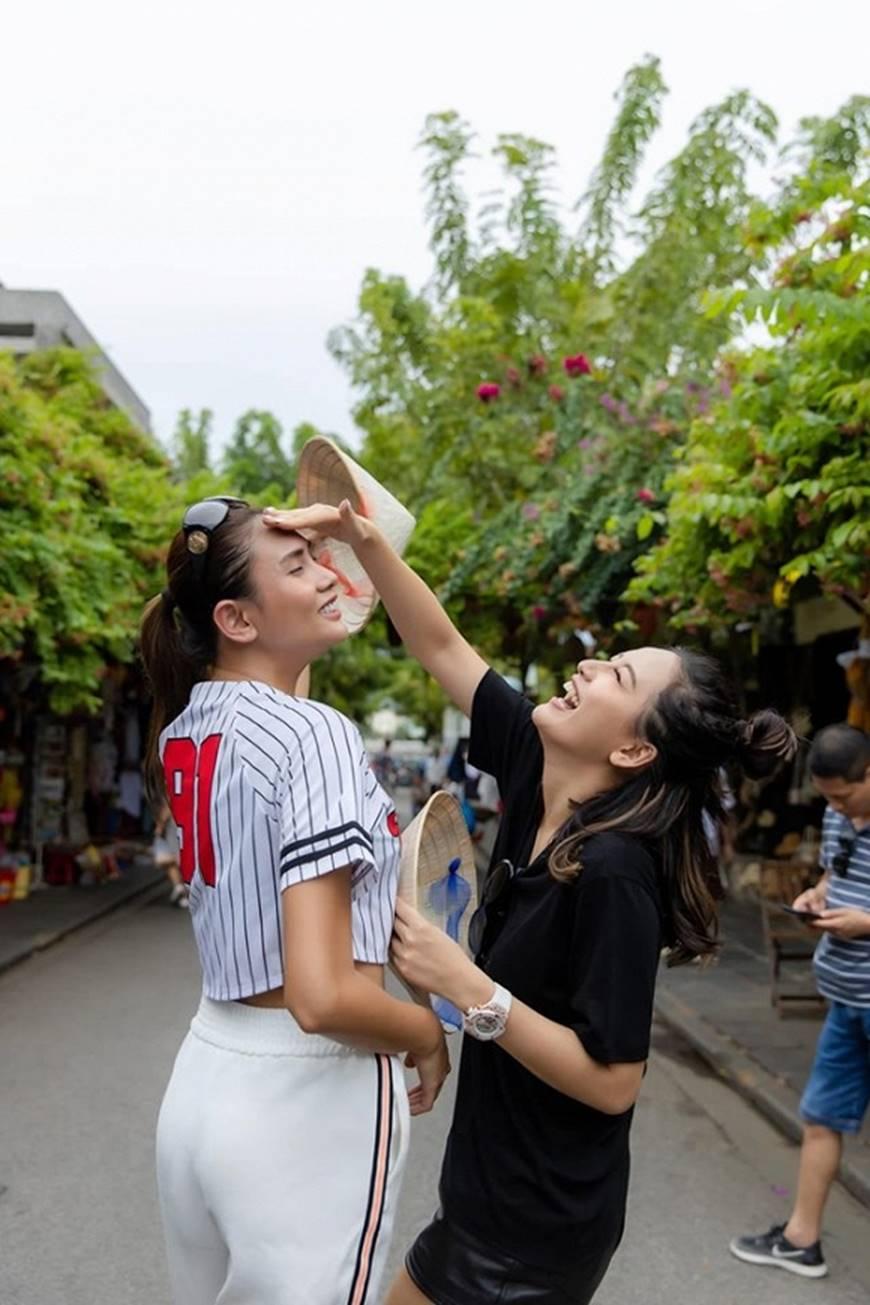 Loạt ảnh cực bá đạo của Hoa hậu Mai Phương Thúy và siêu mẫu Võ Hoàng Yến ở Hội An-6