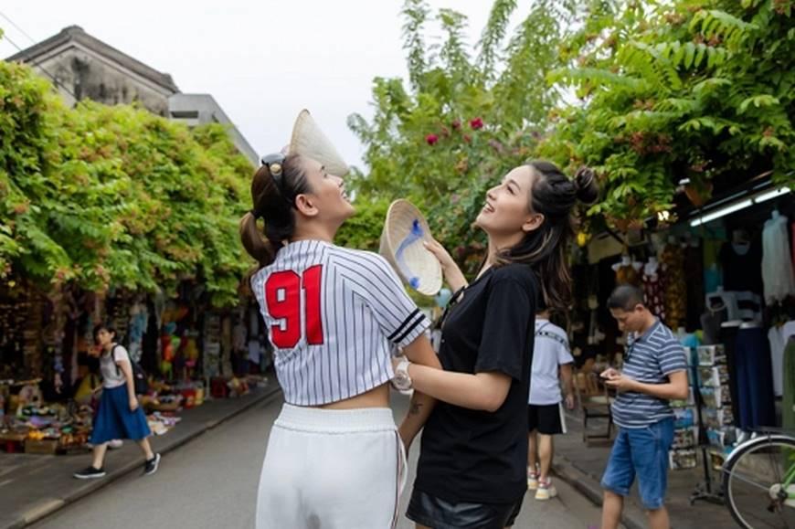 Loạt ảnh cực bá đạo của Hoa hậu Mai Phương Thúy và siêu mẫu Võ Hoàng Yến ở Hội An-9