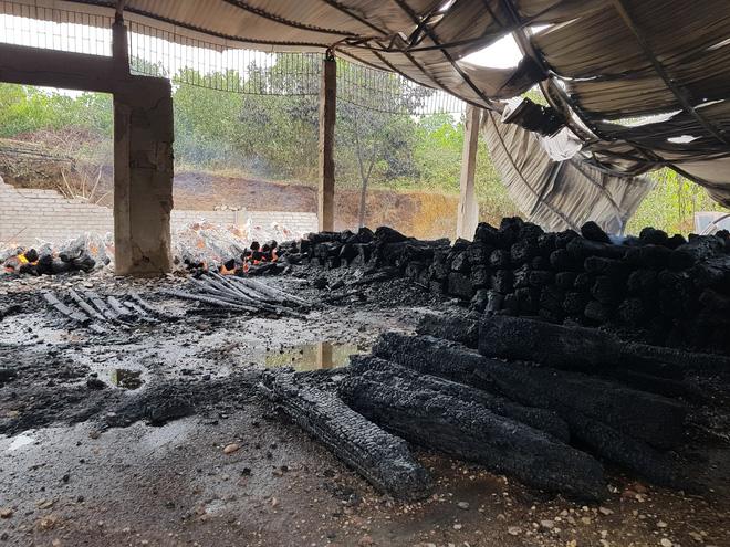 Chủ nhà khóc ngất khi kho gỗ 17 tỷ bị thiêu rụi: Còn 5 tỷ chưa trả được, thì gỗ lại bị cháy thành than-1