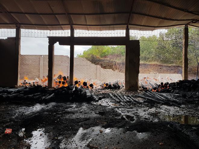 Chủ nhà khóc ngất khi kho gỗ 17 tỷ bị thiêu rụi: Còn 5 tỷ chưa trả được, thì gỗ lại bị cháy thành than-2