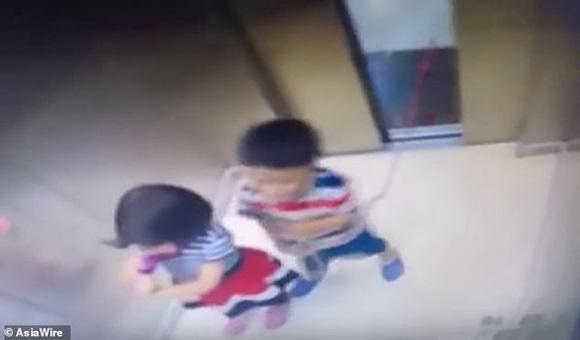 Chơi đùa với sợi dây, bé trai bị treo cổ trong thang máy, chị gái phản ứng trong chớp mắt-1