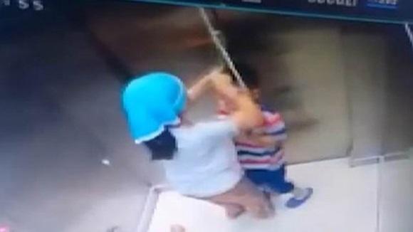 Chơi đùa với sợi dây, bé trai bị treo cổ trong thang máy, chị gái phản ứng trong chớp mắt-2