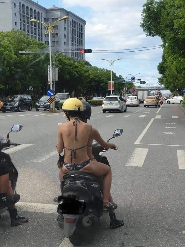 Mặc bikini rồi thản nhiên lái xe máy xuống phố, 2 cô gái trẻ khiến người dân lắc đầu ngán ngẩm-1