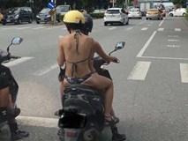 Mặc bikini rồi thản nhiên lái xe máy xuống phố, 2 cô gái trẻ khiến người dân lắc đầu ngán ngẩm