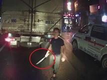 Xin vượt bất thành, tài xế xe cứu thương vác dao 'đòi xử' lái xe tải
