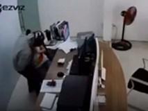 Kẻ kề dao vào cổ nữ nhân viên cửa hàng Viettel để cướp khai do nợ nần