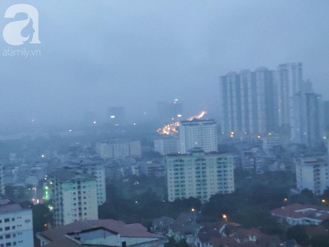 Ảnh: Người dân Hà Nội oằn mình trong mưa lớn và gió lốc mạnh, bão số 3 đã suy yếu thành áp thấp nhiệt đới-1