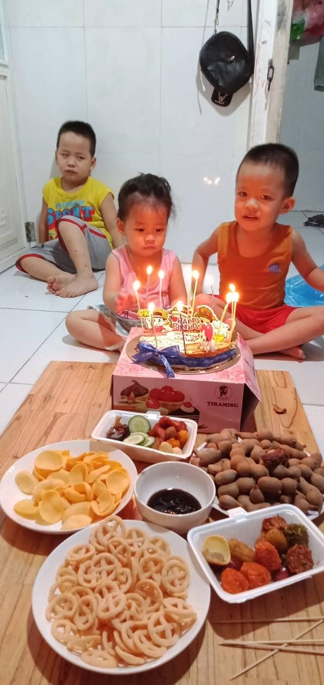 Sinh nhật mình mà 2 đứa em ăn ké quá nhiệt tình, cậu bé ra góc nhà ngồi nhìn các em diễn sâu khiến dân mạng cười bò-2