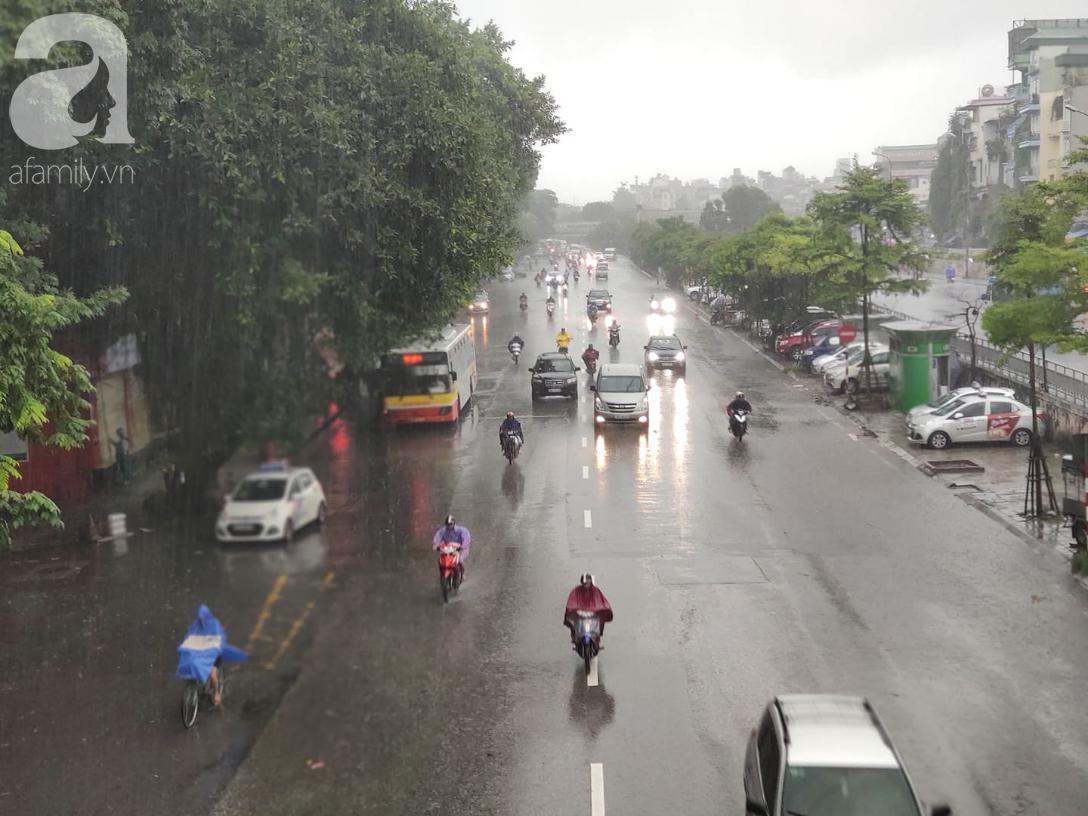 Ảnh: Người dân Hà Nội oằn mình trong mưa lớn và gió lốc mạnh, bão số 3 đã suy yếu thành áp thấp nhiệt đới-2
